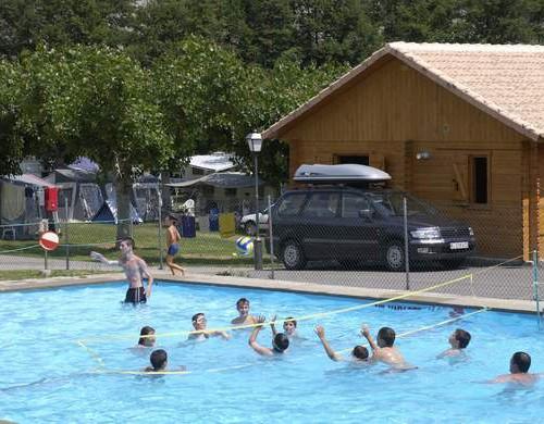 Partido de voley en la piscina